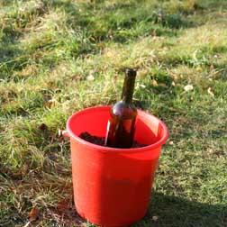 Är marken frusen eller på annat vis svår att gräva i, kan man använda sig av en hink med sand att staga rampen i.