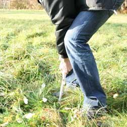Använd ett avskjutningsrör som sticks ner i marken