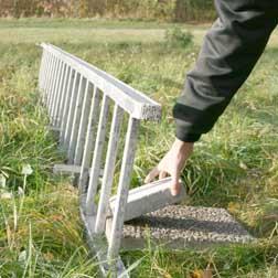 Se till att stegen står stadgt med hjälp av sten el. dyl.