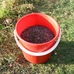 Är marken frusen, fungerar sand bra att staga med. Mindre fyrverkeritårtor kan stagas i hink med sand runtom pjäsen.