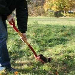 Gräv ett hål i marken och placera pjäsen i hålet på plant underlag.