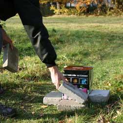 Stenar fungerar också bra att staga med. Se till att pjäsen placeras på plant underlag.